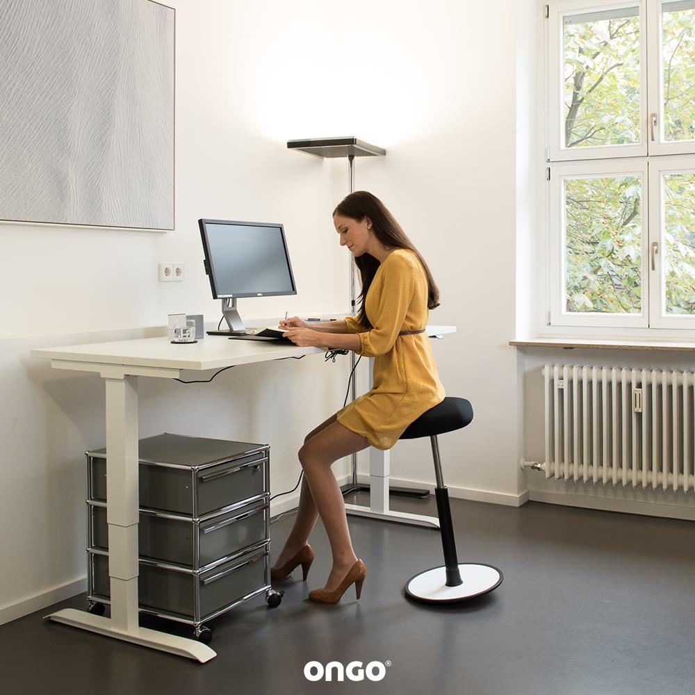 Richtig Sitzen Im Buro Schreibtisch Hocker Ergonomie Am Arbeitsplatz Richtig Sitzen