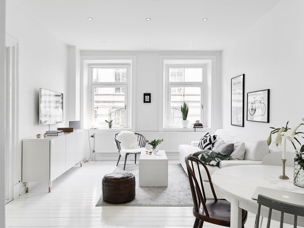 Kleine witte woonkamer met witte meubels | Wohnzimmer sideboard ...