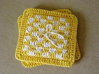 Tutorial - Yellow Checkered Potholders.  Detailed instructions on using multiple colours within a row.