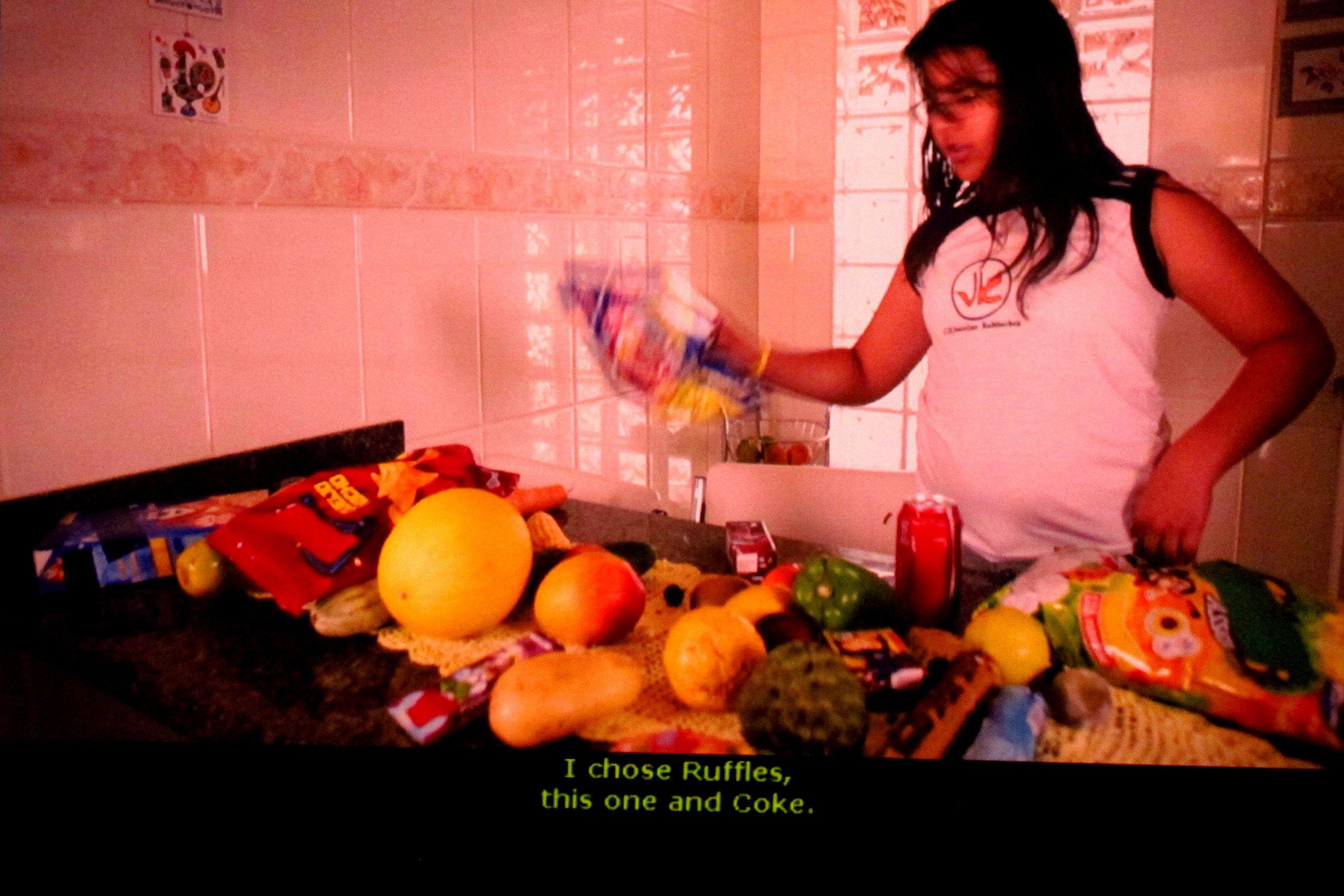 """""""Muito Além do Peso"""" - Documentário de Estela Renner. Entre todos os alimentos da mesa, ela poderia escolher o que ela quisesse."""