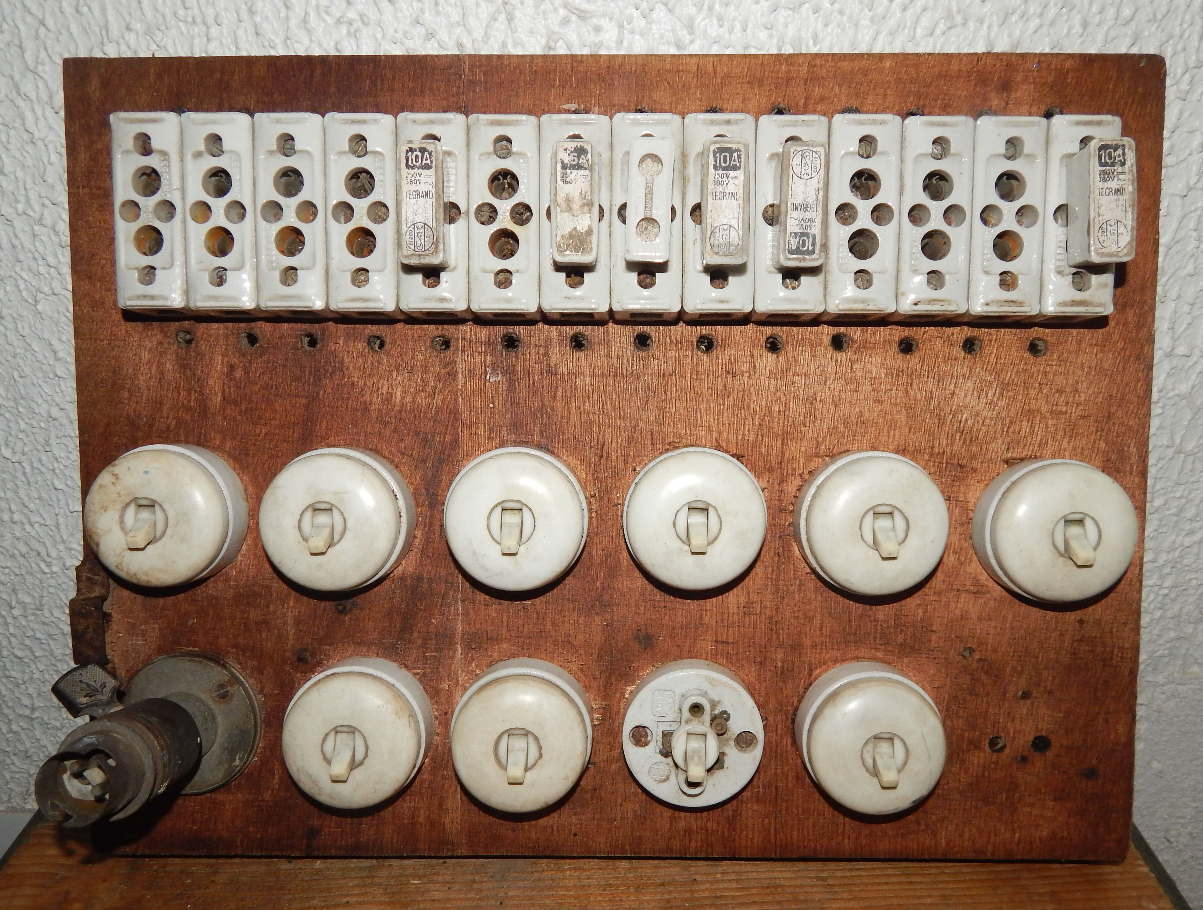 Tableau Electrique A La Fois Vintage Et Loft Industriel Avec Support Fusible En Porcelaine Et Interrupteur D Ep Loft Industriel Tableau Electrique Industriel