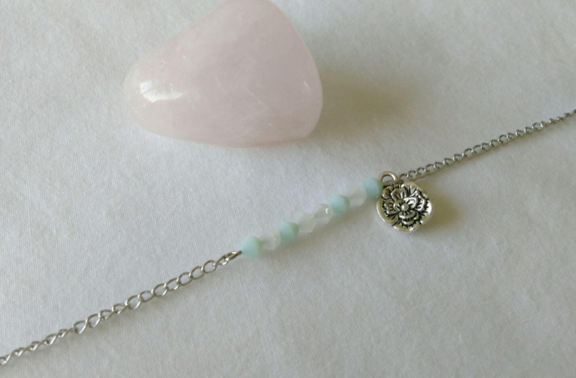bracelet métal argenté, perles en verre et breloque