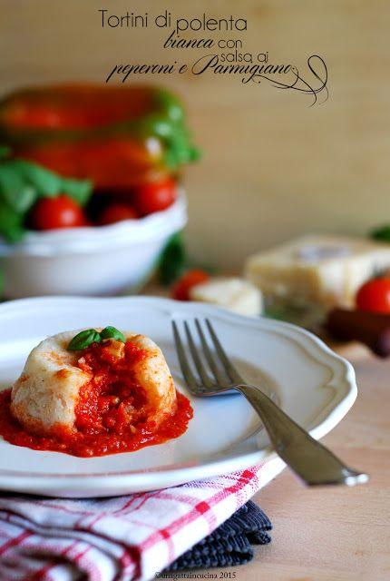 Una gatta in cucina: Tortini di polenta bianca con salsa ai peperoni e Parmigiano    White polenta pies with pepper and Parmigiano sauce