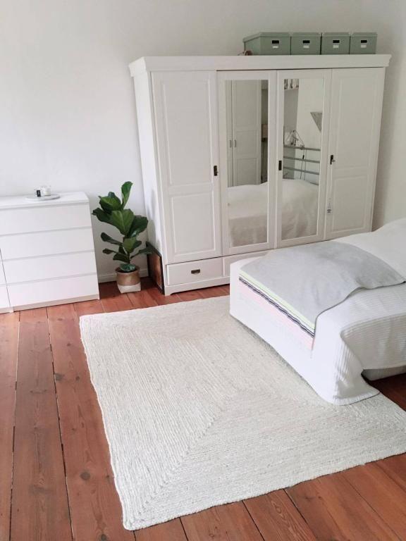 Schlichtes Schlafzimmer Mit Gepflegtem Holzboden Und Weissen Mobeln In Schoner 2 Zimmerwohnung In Berlin Schlafzimmer Einrichten Schlichte Schlafzimmer Zimmer