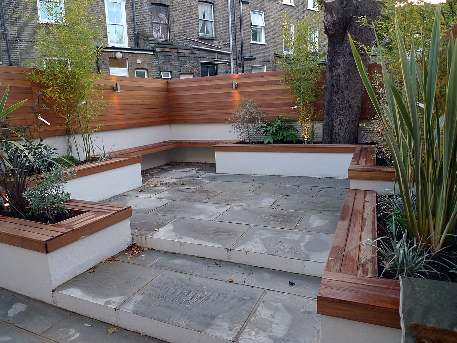 Modern london courtyard low maintenance urban outdoor for Paved courtyard garden ideas