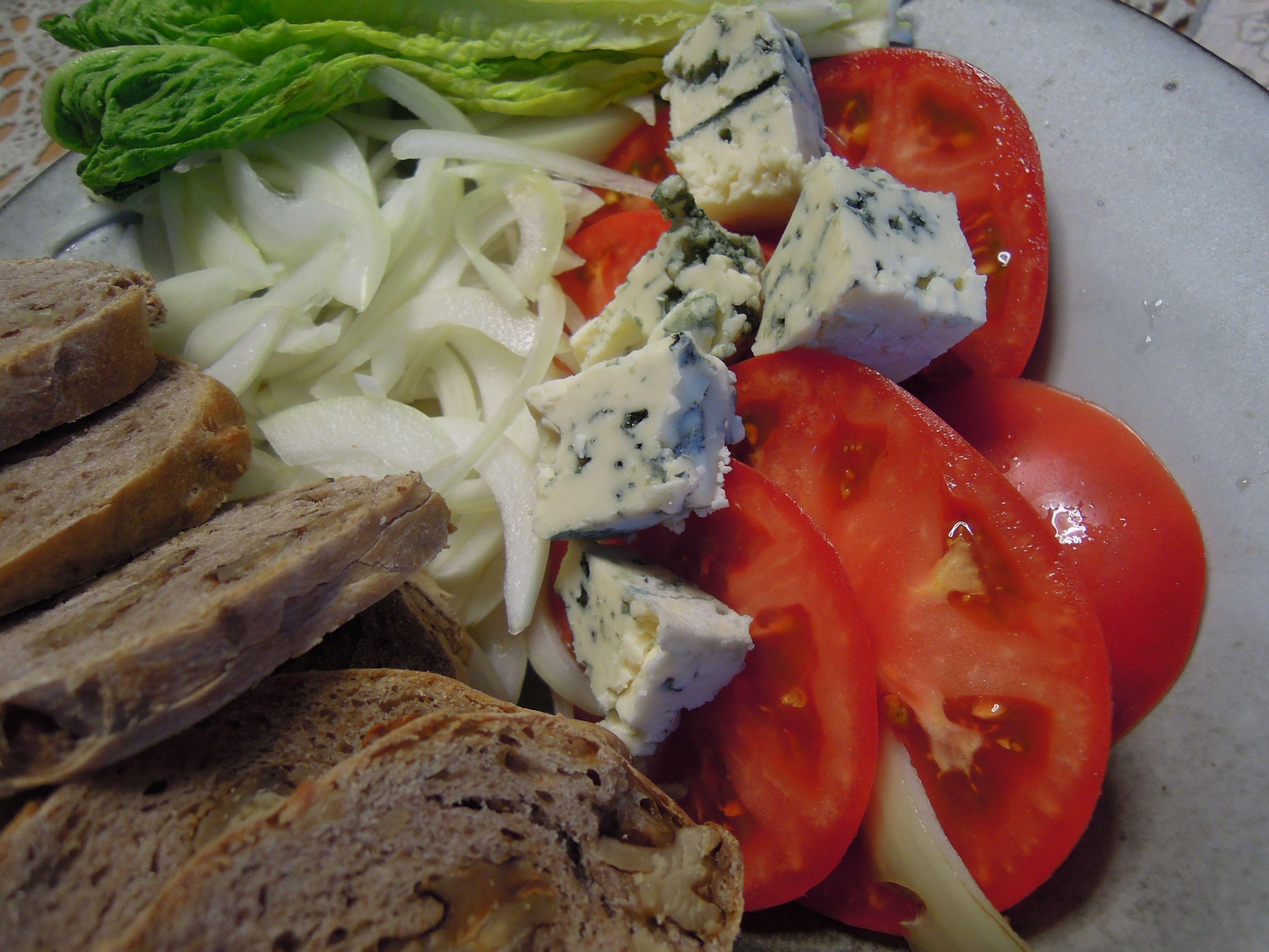 野菜とチーズとクルミパン