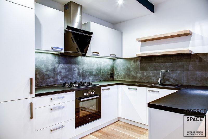 Wnetrze Kuchni Z Bialymi Matowymi Meblami Oraz Duzymi Szaro Czarnymi Plytkami Imitujacymi Beton Kitchen Kitchen Cabinets Decor