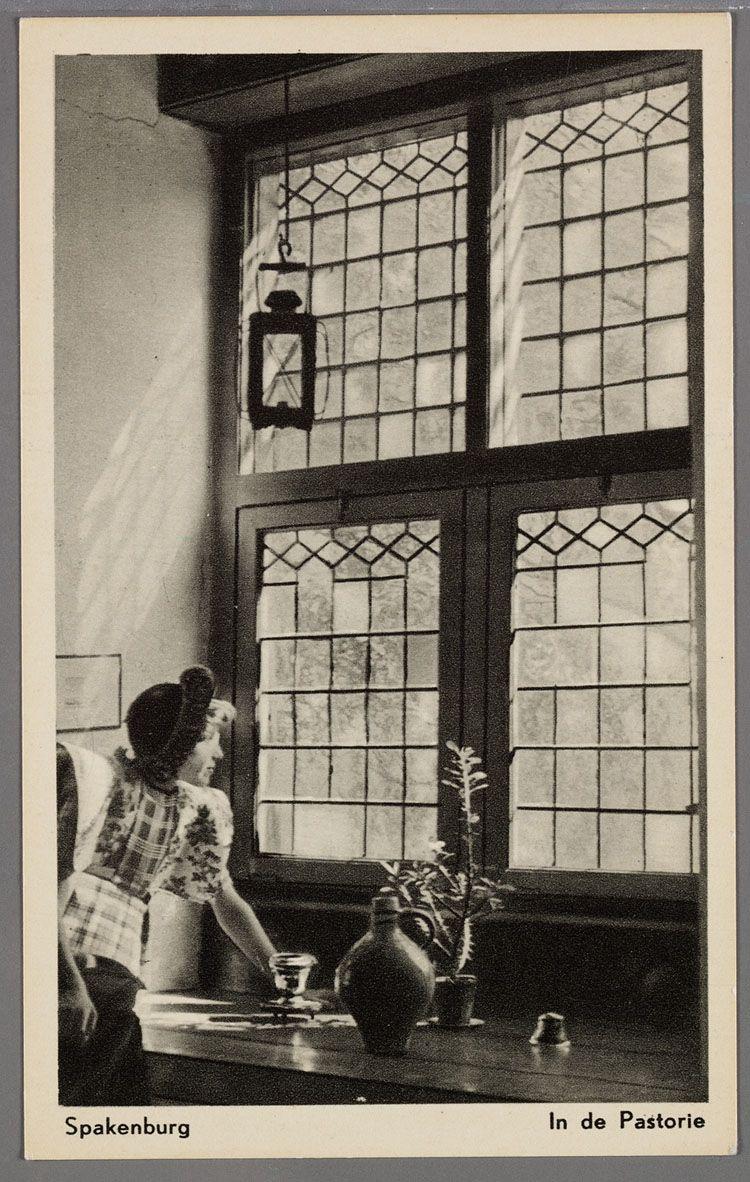 Spakenburg. In de Pastorie. 1920-1940. Vrouw in klederdracht in een ...