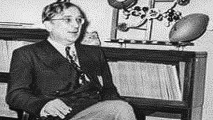 كشف العلماء الأمريكيون ألان سانديج وستيفن مايفسكي و رايتشل بيتون  عن سر فلكي يبلغ عمره 100 عام . ويكمن هذا السر في أن العالمين (غيورغي غاموف) و(والتر أدامس) كانا قد وضعا عام 1944 تصنيفا خاصا بالنجوم العملاقة كشف عنه عالم أمريكي آخر يدعى سانديج في خمسينات القرن الماضي . وكان غاموف وأدامس يتبادلان الرسائل عام 1944  فجاء في أحداها مخطط (راسل  هرتس شبرونغ) الذي يضم نجوما عملاقة. ويسمح هذا المخطط بتصنيف النجوم من حيث مواصفاتها الفيزيائية والتنبؤ في تطورها مع مرور الوقت . وبين غاموف وأدامس لأول…