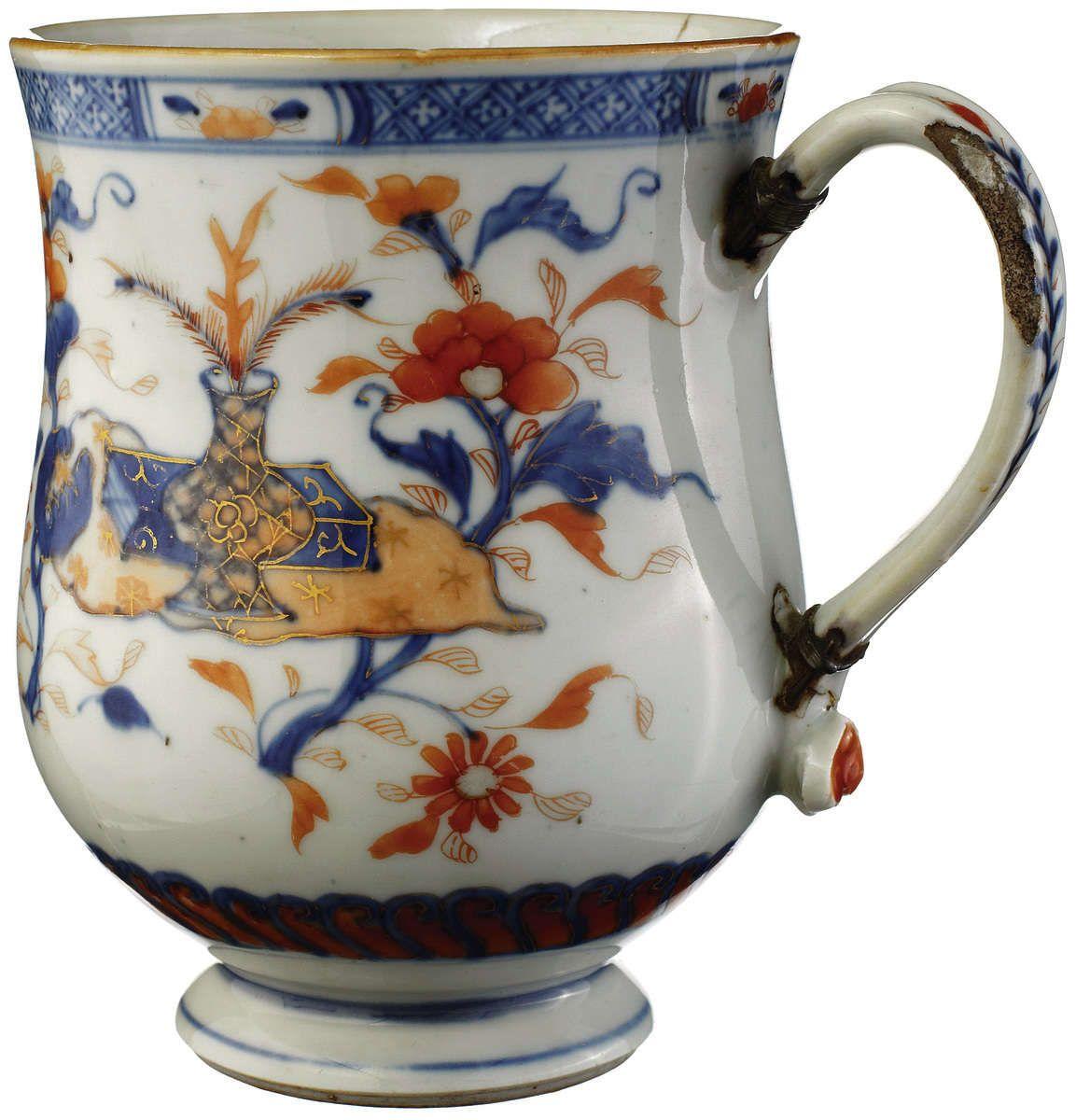 China Kangxi (1662-1722). Bemalt in der Imari-Palette mit Antiquitäten und Blumen. Henkel mit alter Reparatur, Haarriss. Höhe 16 cm