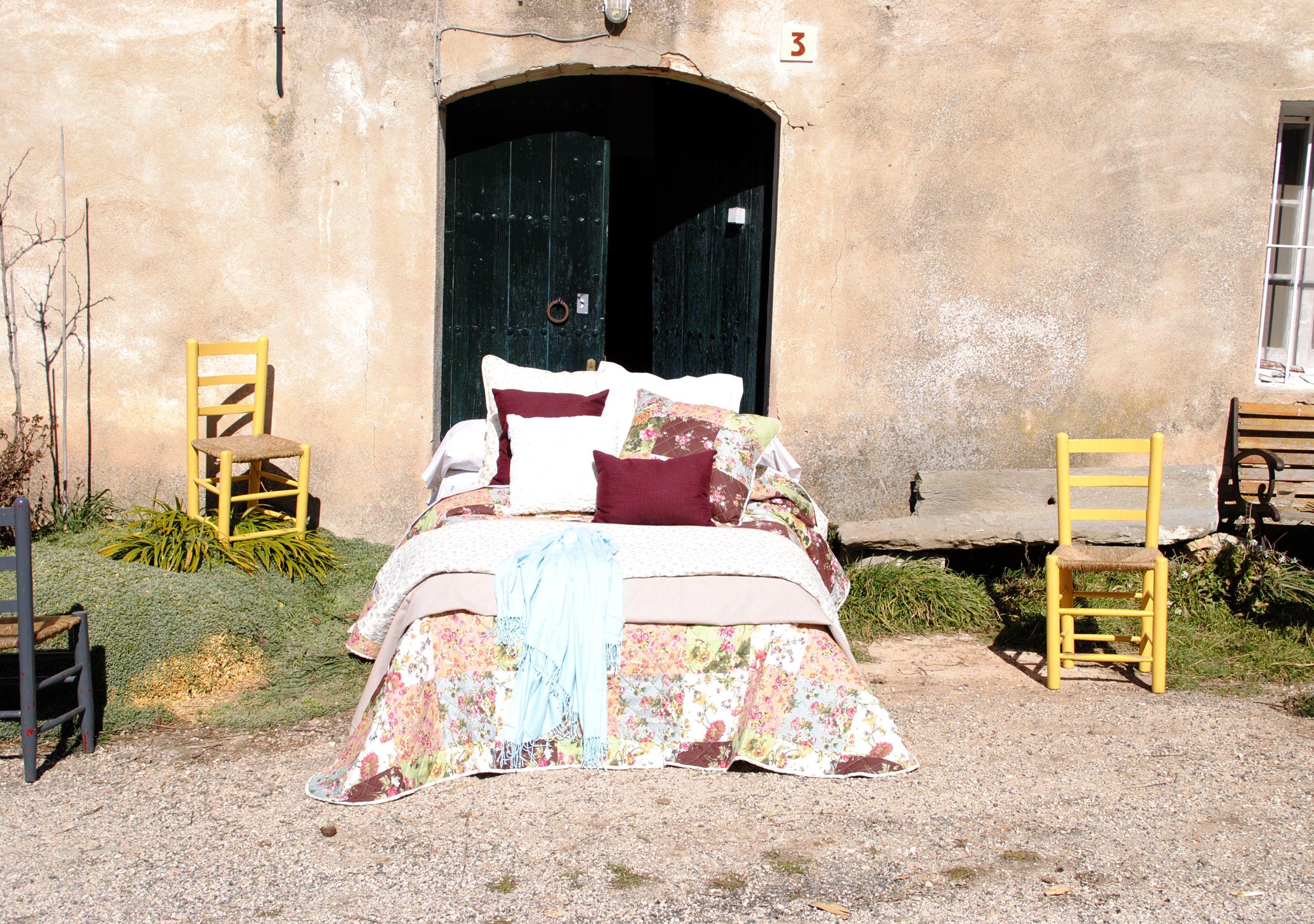 Llega la primavera. Cama en el campo. Colchas de entretiempo, plaids de colores, colores frescos.  Spring arrives. Bed in the field . Halftime bedspreads , plaids color , cool colors .