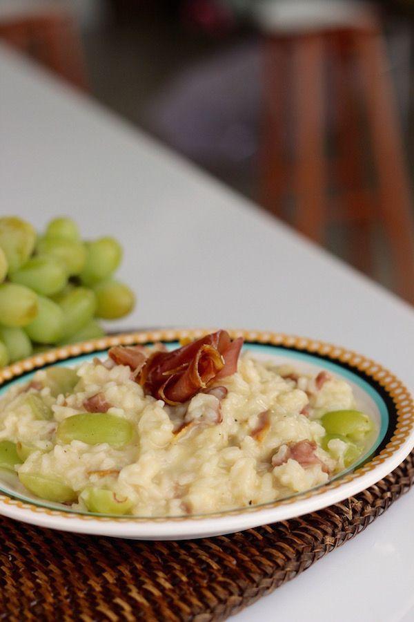 Risoto de uva, presunto cru e cachaça. Uma receita versátil e gostosa. Mais receitas como esta em nosso blog www.senhoramesa.com.br