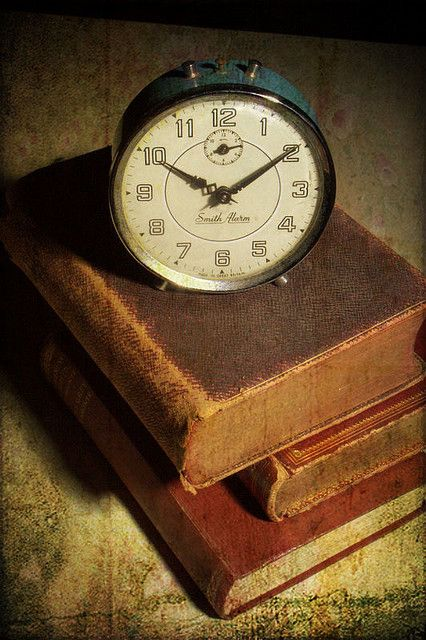 Antique Clock And Old Books 時計