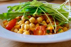 spicy salad with chickpeas! great lunch and super easy.