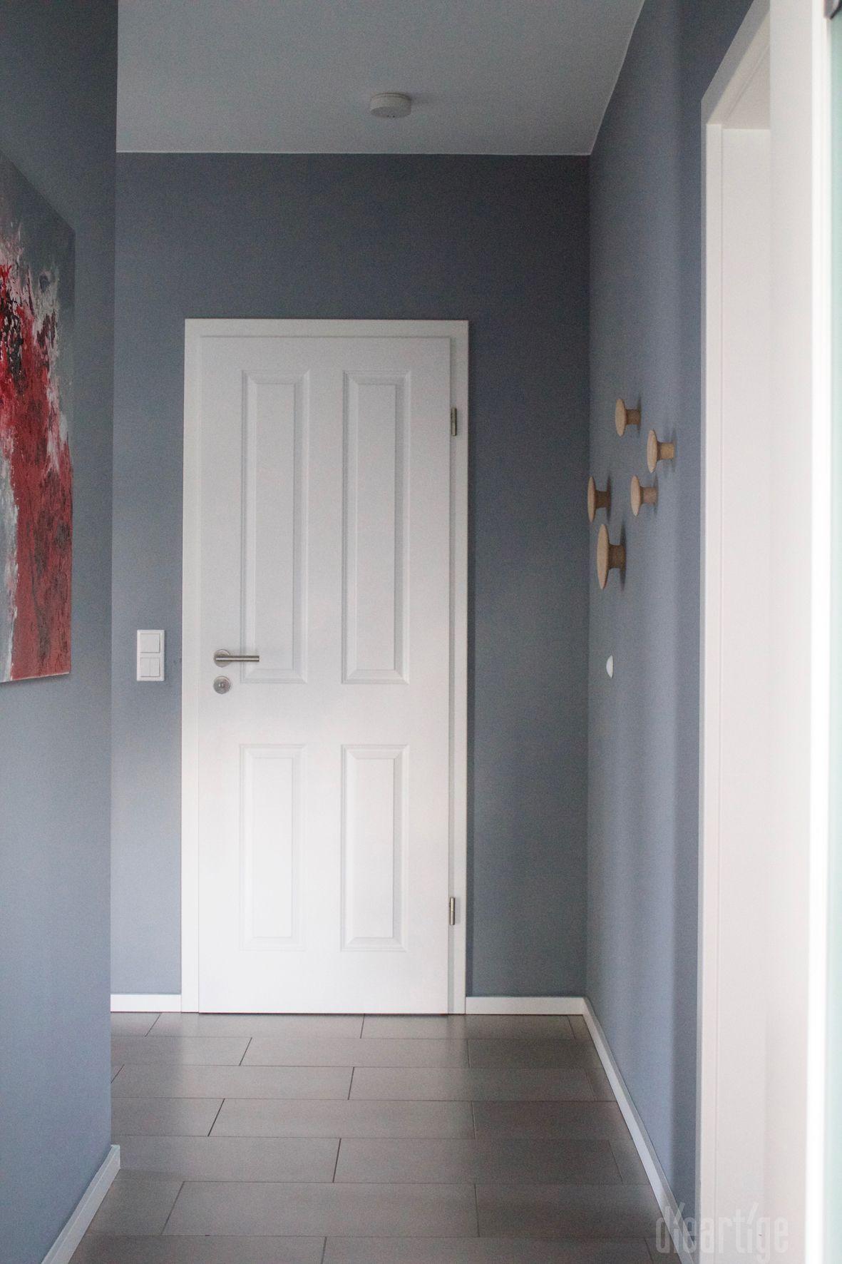 fam z flur graue wand wei e landhaust ren garderobe dots innenarchitektur. Black Bedroom Furniture Sets. Home Design Ideas