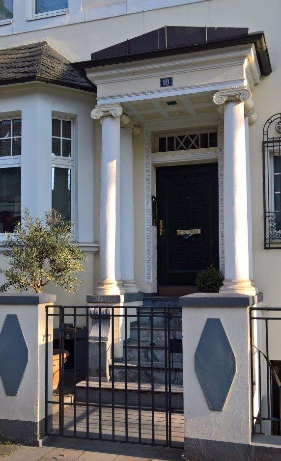 Romantischer hauseingang mit sch nem vordach vordach for Architektur klassisch