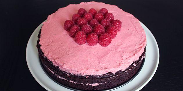 Smuk og ikke mindst utrolig dejlig chokoladekage med en fabelagtig hindbærcreme, der bare passer perfekt til den intense kage.