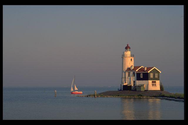 Vuurtoren_en_zeilboot. Markenjpg (640×427)