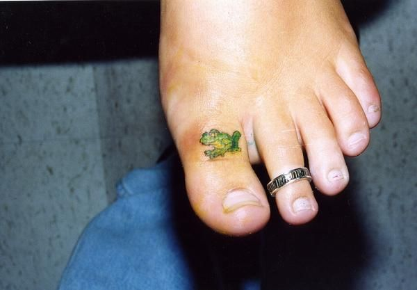 Tiny Frog On Top Of Her Toe She Was A Trooper In The Tattoo Revue By Frog Tattoos Tattoos For Daughters Toe Tattoos