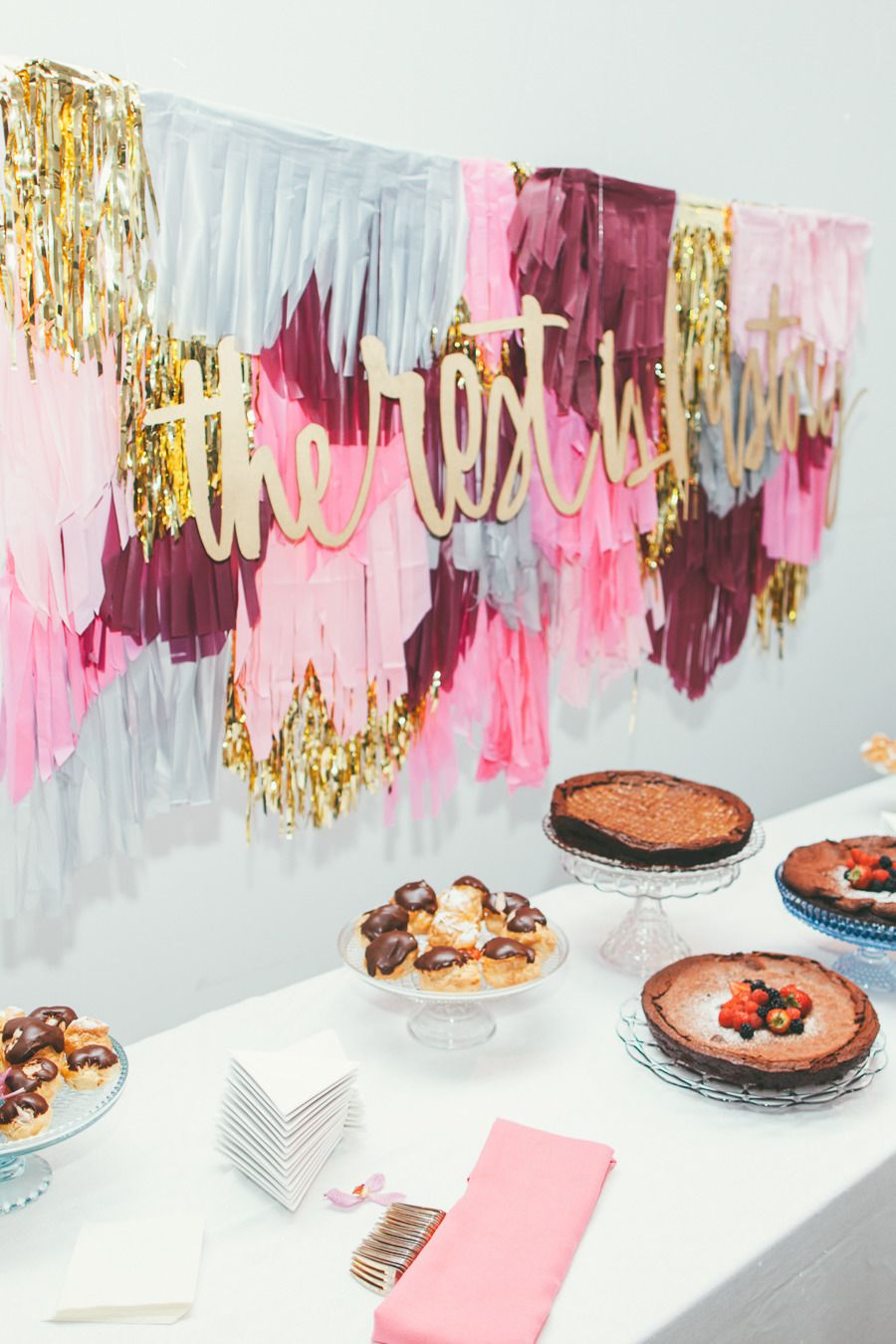 Modern Chic San Francisco Wedding | Cake table, Cake table backdrop ...