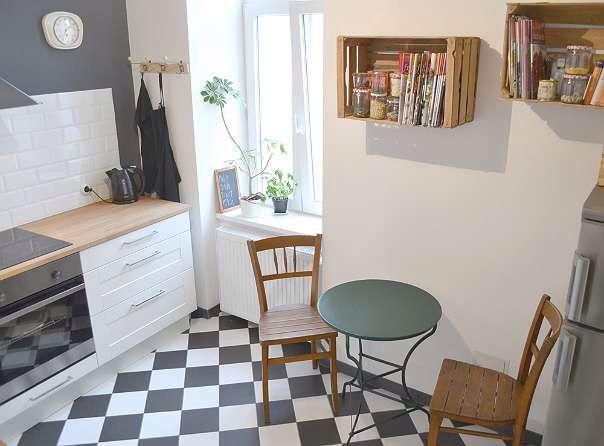 TRAUMKÜCHE! grau-weiß karierter Boden / graue Wand / weiße Küche