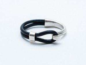 Media Luna Plata. #Pulsera de #cuero cordón color negro con pieza metálica bañada en plata. Pulseras de cuero online.  - lunettaonline.com   lunettaonline.com