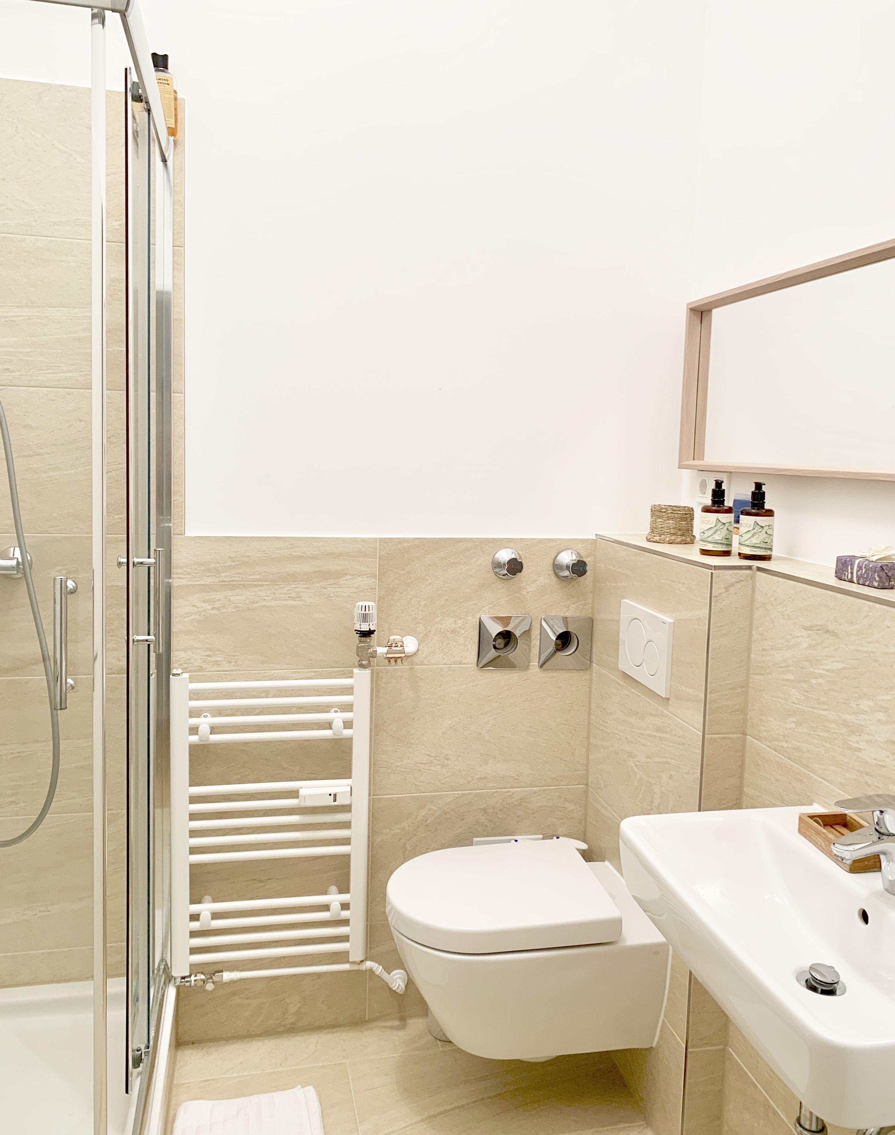 Schones Bad Mit Beigen Fliesen Wggesucht Wg Bad Badezimmer Modern Beige Schon Wiesbaden In 2020 Schone Badezimmer Badezimmer 2 Zimmer Wohnung