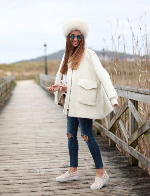 We love Bartabac Mode's soft white look with an oversized coat and destroyed denim | Fashiolista.com