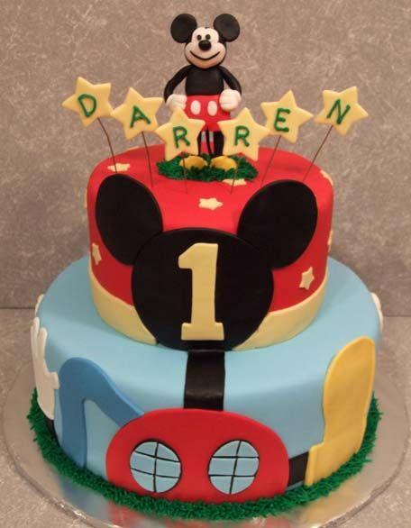Torta en 2 pisos en doble altura cubiertas en fondant azul y rojo