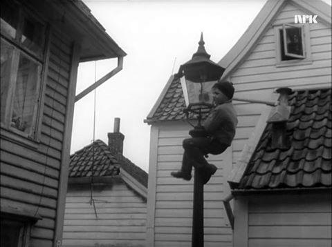 Bergen 1963. Lekeplass for byens kjuagutter. Gasslykter var det veldig gøy å klatre i. Husker at vi hadde en del slike også i Ytre Sandviken ned mot Elsero Sjøbad. Stillfoto: NRK/Ukerevyen