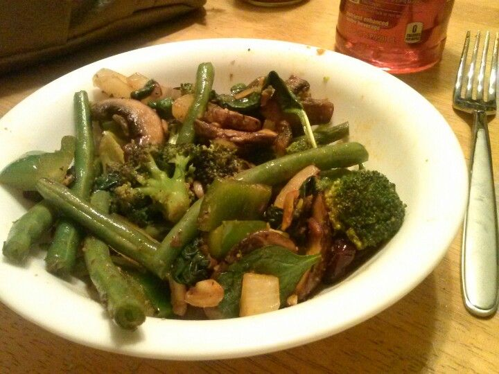 Tuesday Green Day! #Spinach, green peppers, broccoli, green beans, onions, mushrooms, almonds & cranberries spiced up with cayenne pepper
