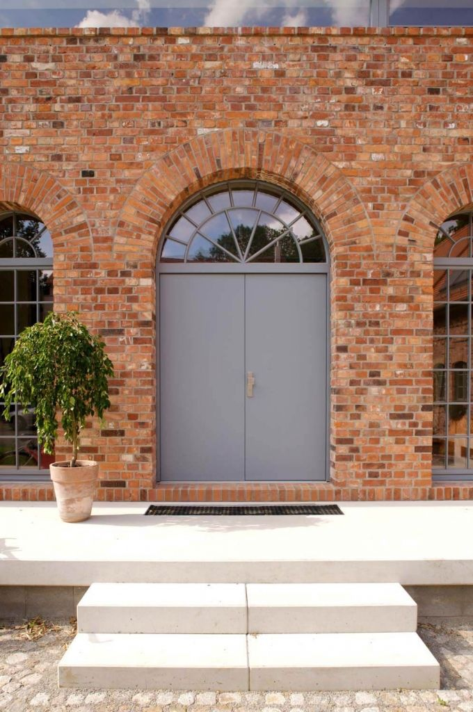 Charmant Feudaler Eingangsbereich Aus Ziegelstein Und Großer Tür