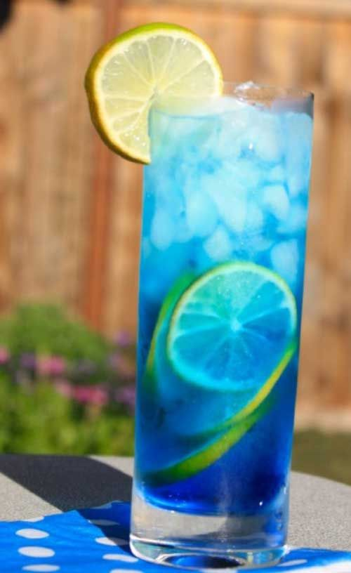 Recipe for Sex in the Driveway - A variation of the famous Sex on the Beach recipe with a beautiful blue color.