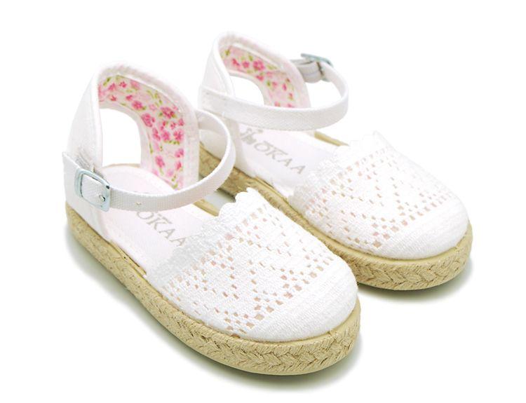 d48b43fc Alpargata de lona con puntillas y flores en algodón para niñas . Diseño y  Calidad al mejor precio hecho en España. Envíos gratis en 24,48 horas  laborables.