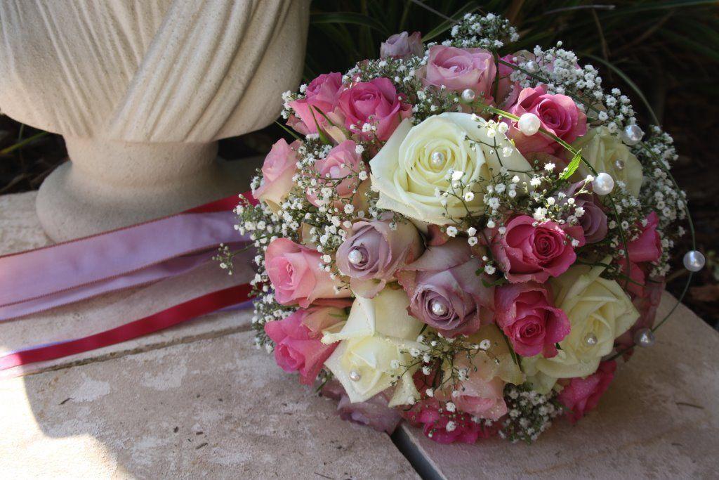 Romantischer Braustrauß aus Pastell farbenen  Rosen und Schleierkraut