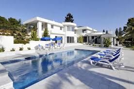 Google Image Result for http://www.comohodesign.com/wp-content/uploads/2010/07/Luxury-White-House-with-swimming-pool.jpg