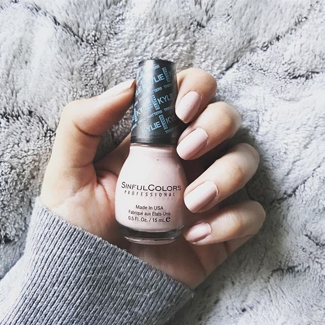 Manucure du jour avec le joli vernis Taupe is Chic de la collection Kylie Jenner pour Sinfulcolors  💅🏻💕