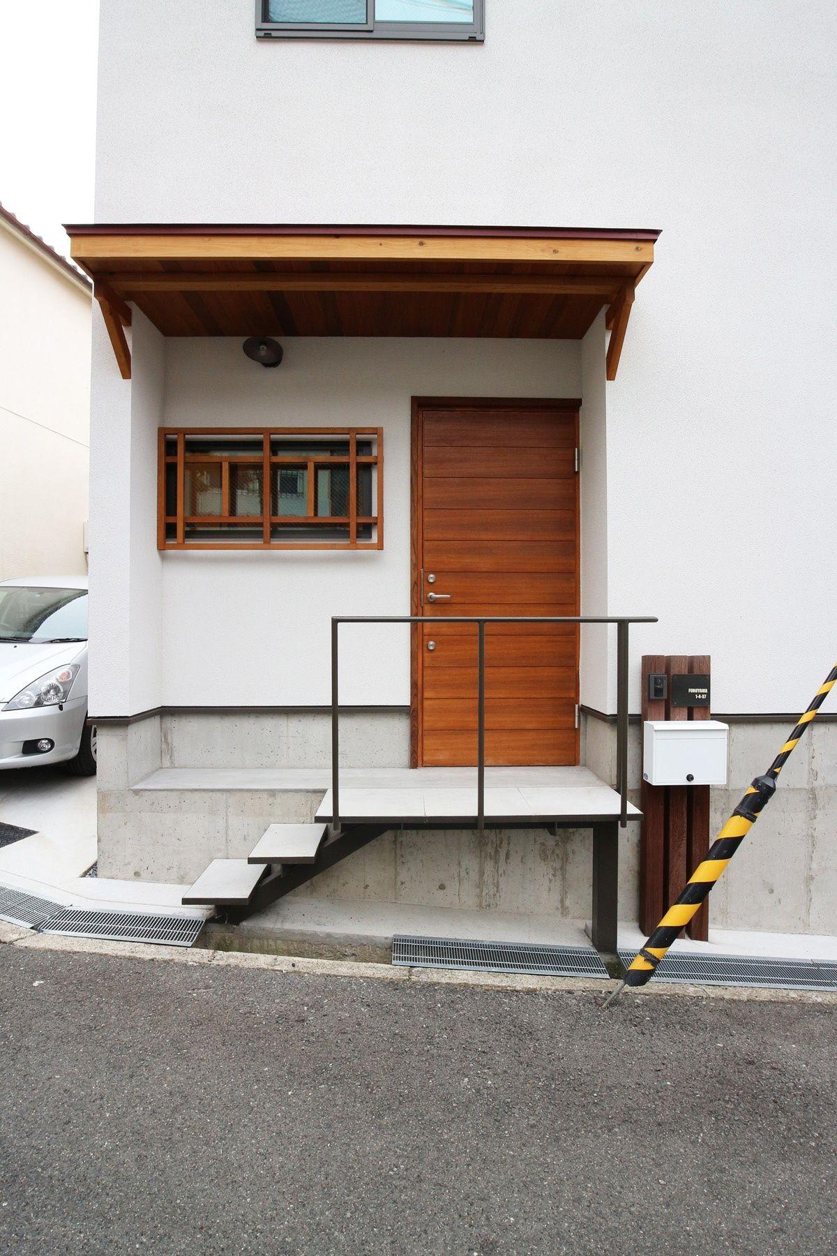 昭和レトロな三角屋根の家 木製格子や玄関ドアがアクセントの外観
