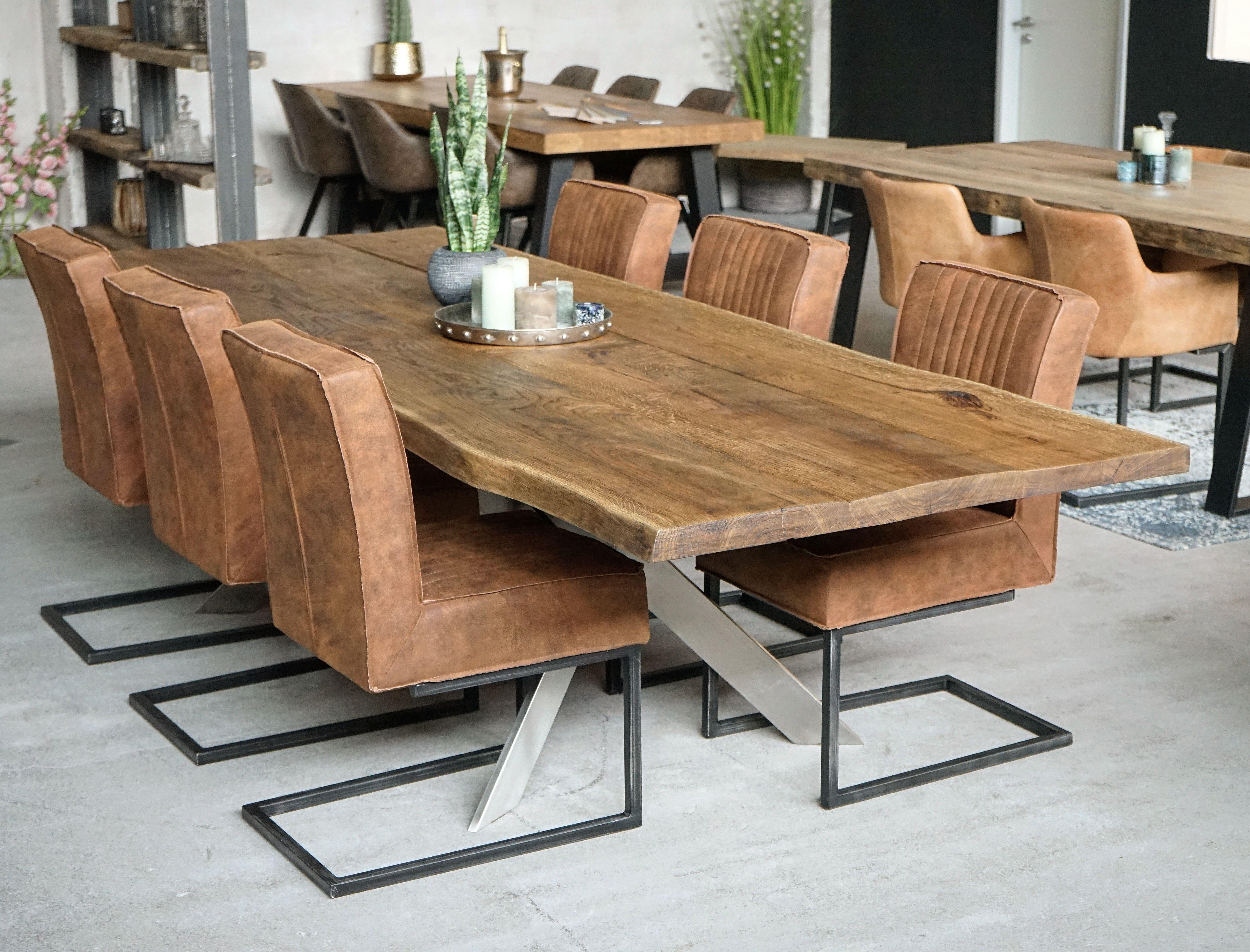 Pin auf Holztisch, Bank und Stühle