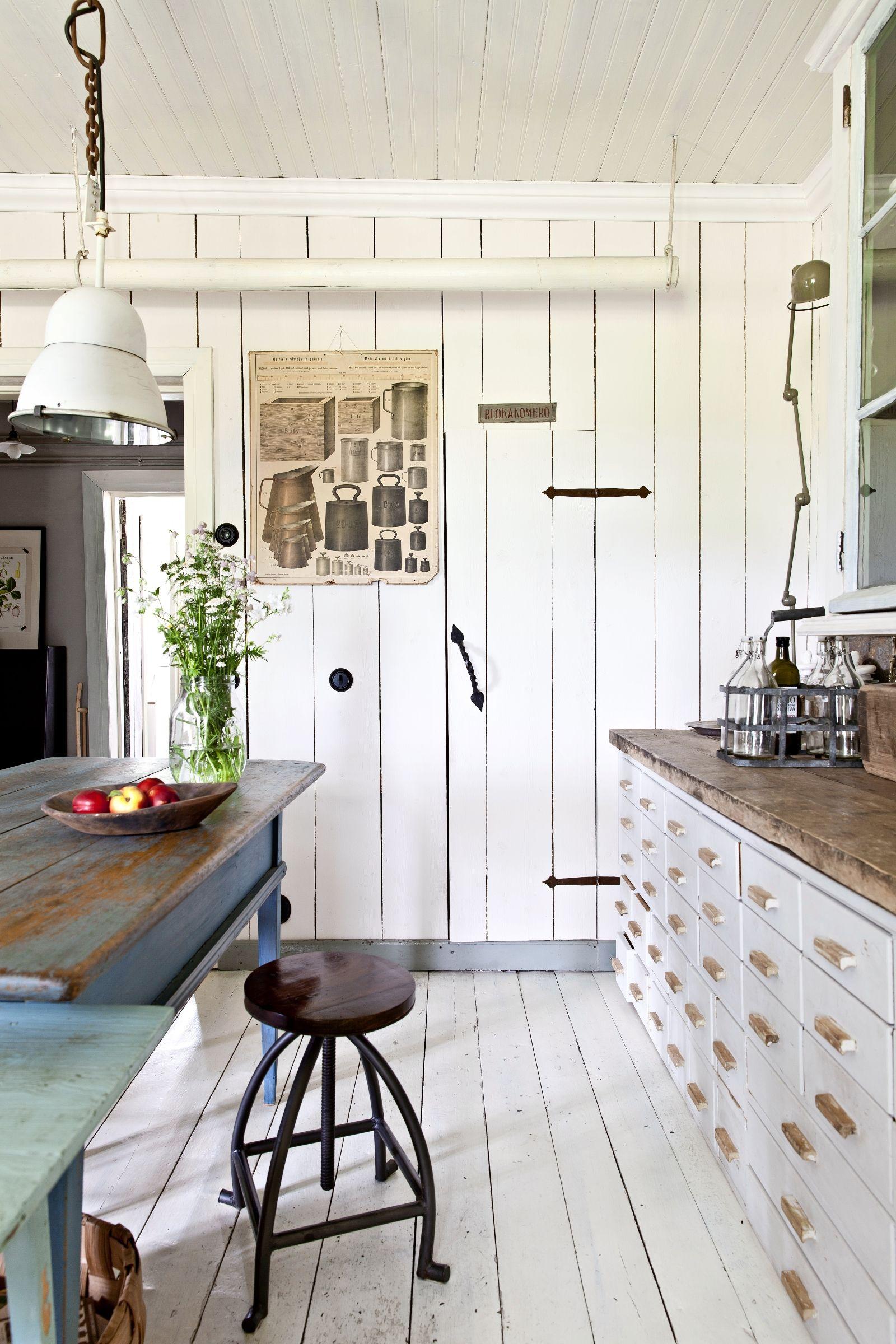 Vanhan talon valkoinen kirppislöydöillä kalustettu keittiö