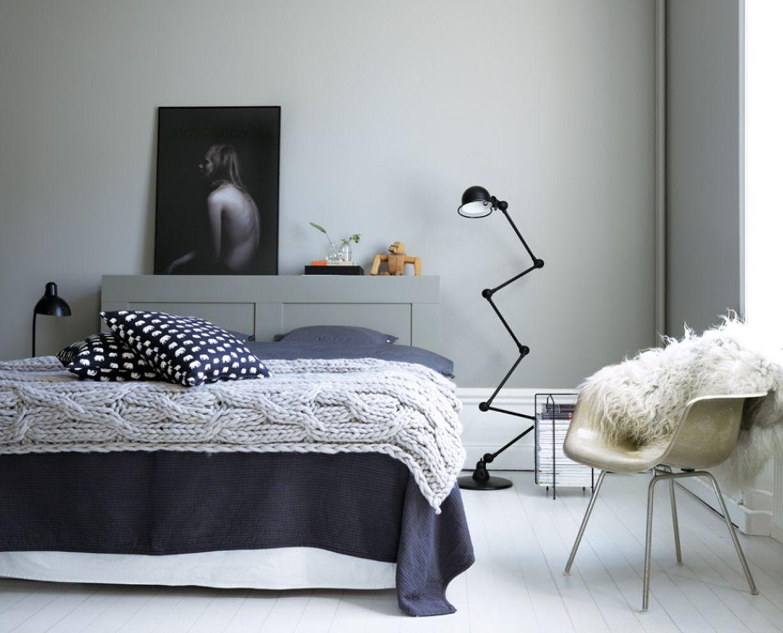 Mild skön färgsättning i sovrum Vägg målad med Beckers Natursten 534 och golvplanken i Lamull