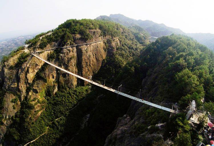 Puente de cristal. Provincia de Hunan, al sur de China. La obra tiene 300 metros de largo, y cuelga 180 metros por encima de un valle.