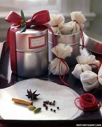 小さな丸い布で包んだサシェ。赤いリボンを付けておしゃれな缶に入れたら、クリスマスなど年末年始の贈りものにもぴったり。