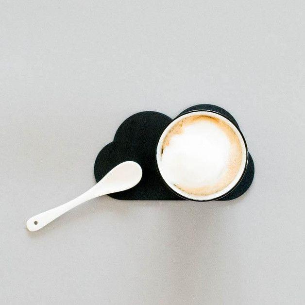 """Untersetzer """"Wolke"""" schwarz - 3D Druck  Zuckersüßer Wolkenuntersetzer im skandinavischen Stil. Hier werden sich Kaffe, Tee, Limo oder auch der Wein gleichermaßen luftig, leicht und locker fühlen...."""