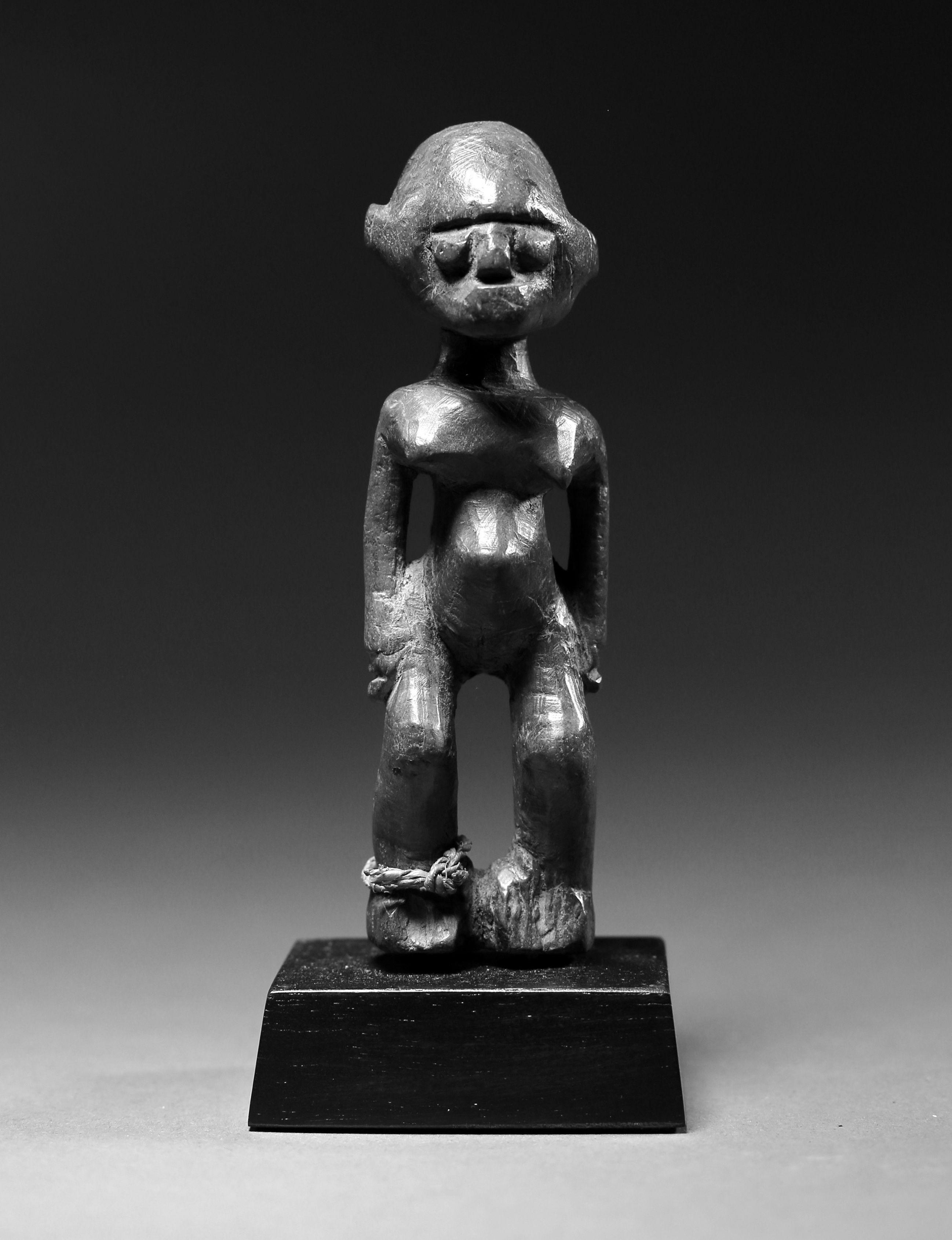 Lobi-statue, 13cm.  Photo © Niklas Herkenhoff.
