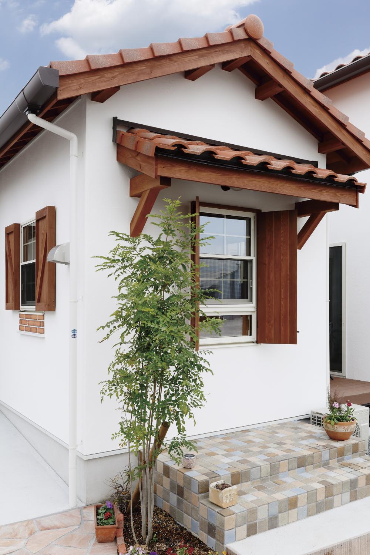 ケース109 青空に映える 漆喰の壁 赤い瓦屋根の可愛いお家 赤い屋根
