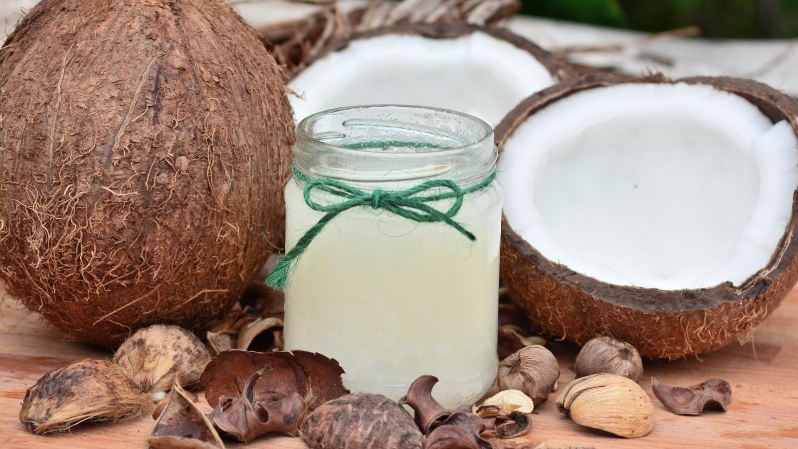 فوائد إضافية لزيت جوز الهند للبشرة البوابة لم يعد زيت جوز الهند حكرا على المطبخ فالآن تستخدم العديد من النساء زيت ج Coconut Coconut Oil For Acne Oil Pulling