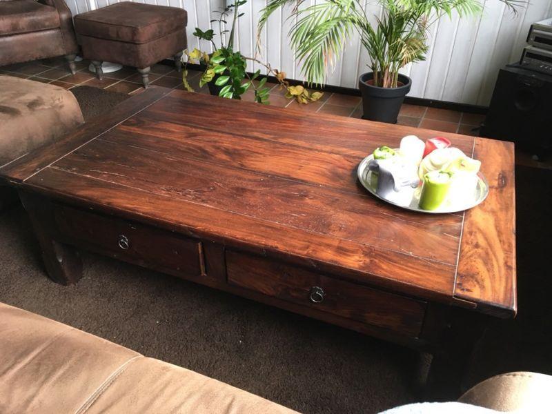Massiver Holztisch Couchtisch   Tisch Und Stuhl ...