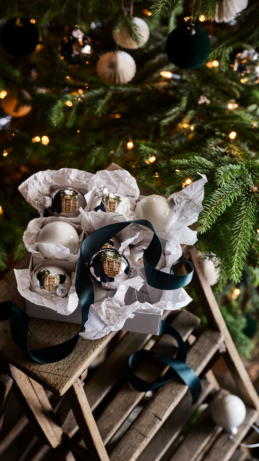 H M Home Christmas Ornaments Sparkling Decorations And Scented Candles Explore The Details That S Simple Christmas Decor Holiday Tree Christmas Decorations
