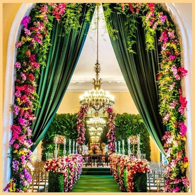 This Brazilian wedding is incredible with its vibrant colors. Like walking inside a secret garden a the Belmond Copacabana Palace! Bravo, to a talented team with @claupassarelli, @lonarteeventos and @carlosfloresdecoracoes. #Copacabana #gardenwedding #vib